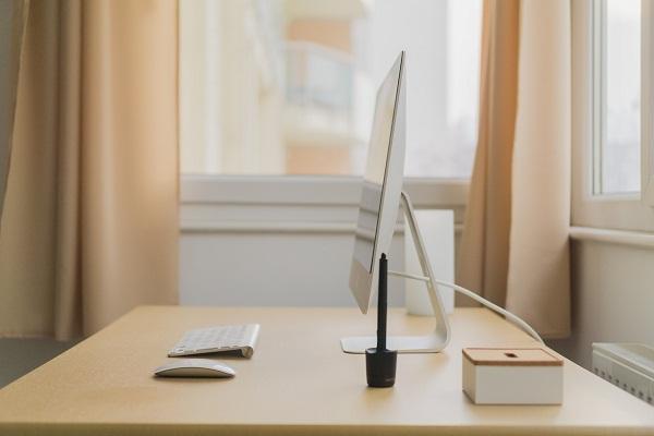 Pracovný stôl má každý administratívny zamestnanec