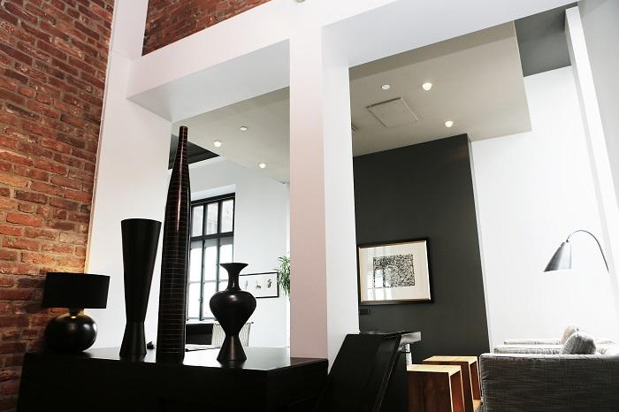 Biele obývacie steny pôsobia štýlovo