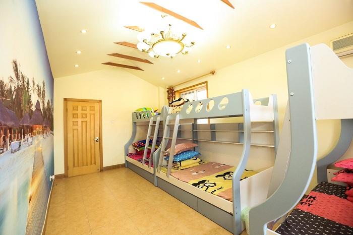 Patrové postele s různou výškou